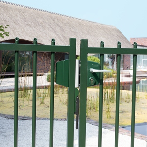 SUBY LAKQU2 3006PC SAKL  Green fence in front of villa with pond  1920px