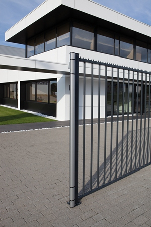 N-LINE-MAG  Anthracite gate at company entrance  1920px